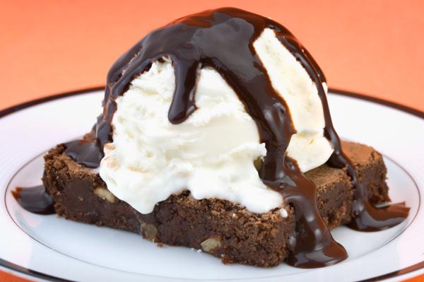 Brownie_al_cioccolato_con_glassa_piccante_e_gelato