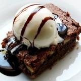 Brownie al cioccolato con glassa piccante e gelato